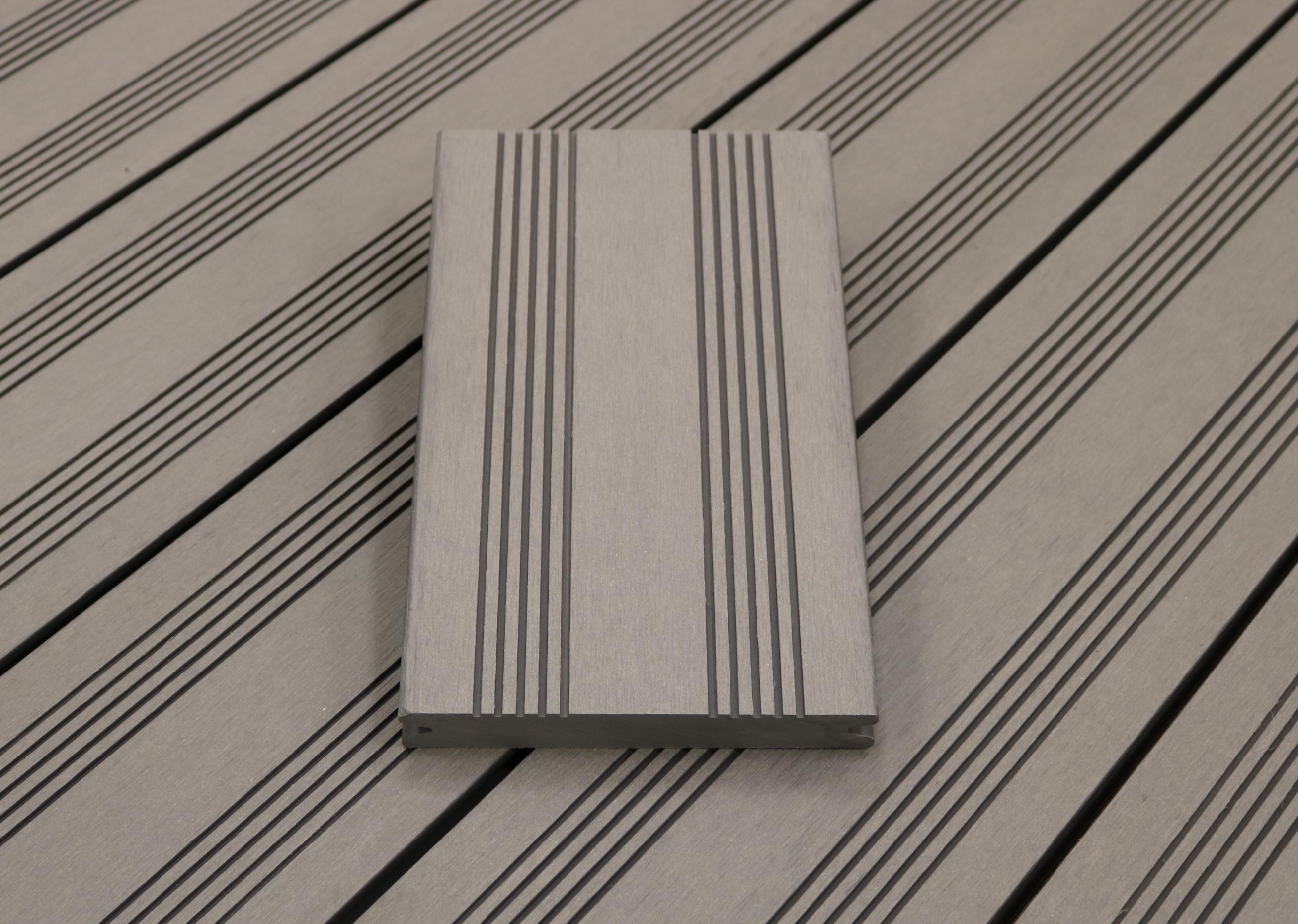 WPC Terrassendielen massiv, Oberfläche mit französischem Profil, Farbton hellgrau, Vollprofil, 22 x 143 bis 4800 mm für 7,95 €/lfm