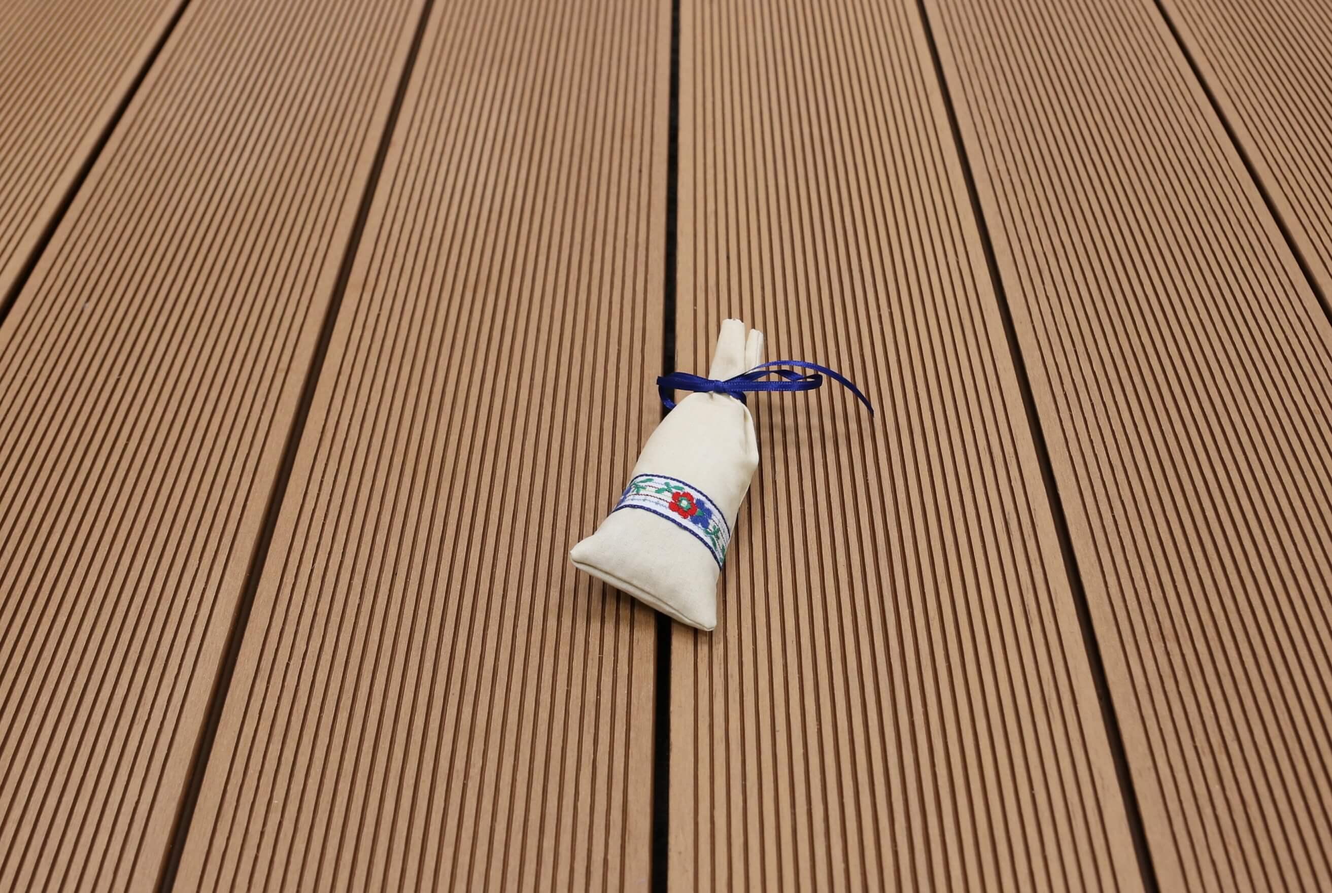 WPC Terrassendielen massiv, Oberfläche fein gerillt, Farbton hellbraun, 22 x 143 bis 4800 mm für 8,95 €/lfm
