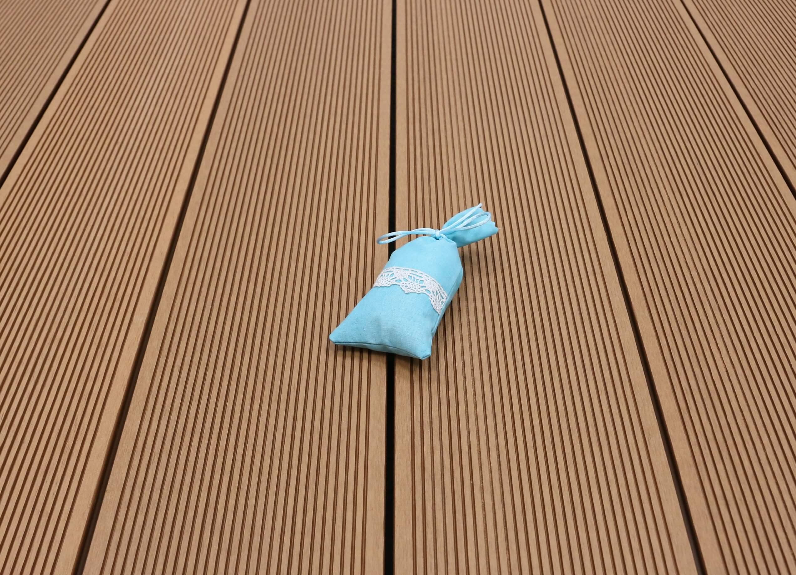 WPC Terrassendielen Hohlkammer, Oberfläche fein gerillt, Farbton hellbraun, 22 x 146 bis 4800 mm für 5,30 €/lfm