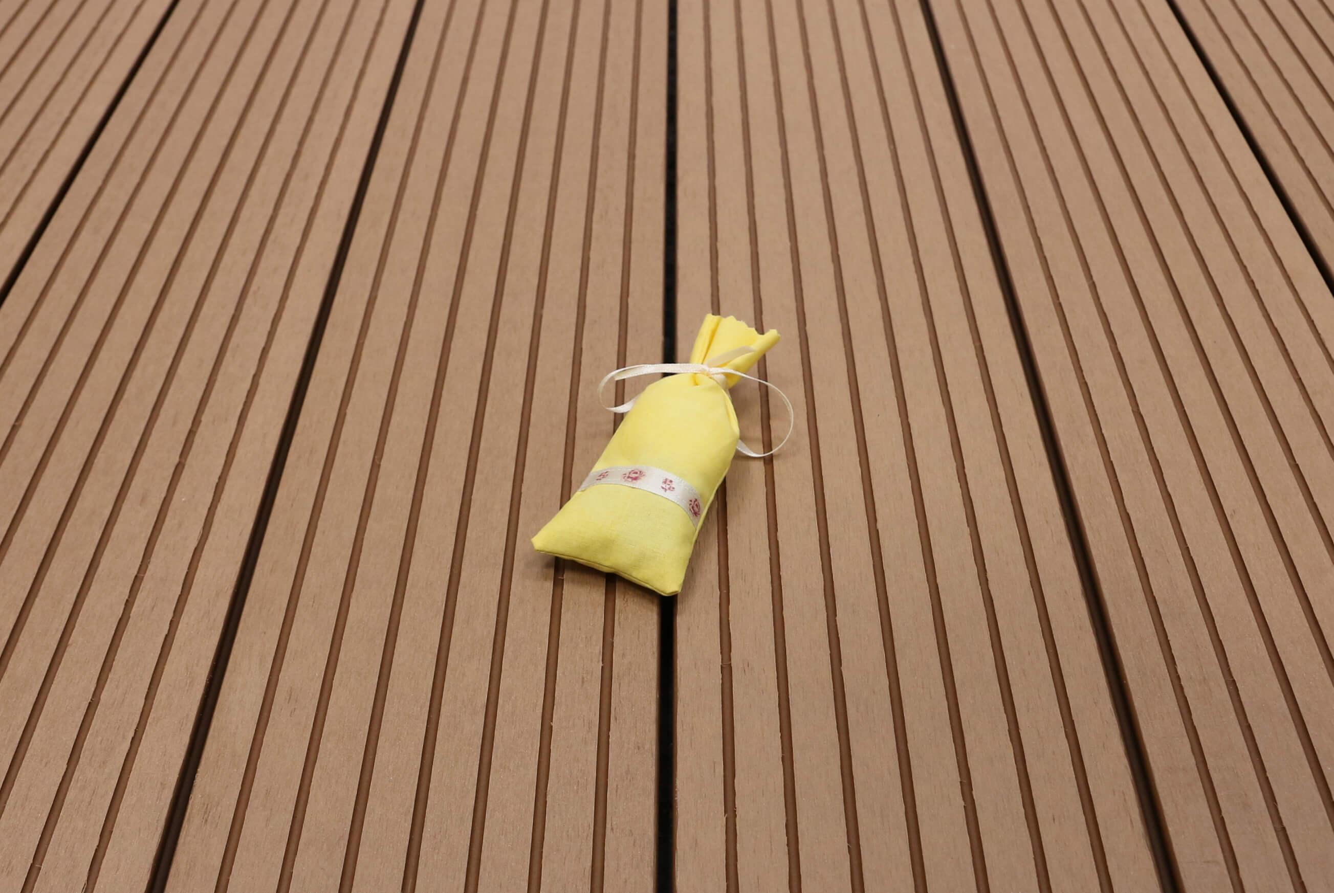 WPC Terrassendielen massiv, Oberfläche grob genutet, Farbton hellbraun, 22 x 143 bis 4800 mm für 7,90 €/lfm