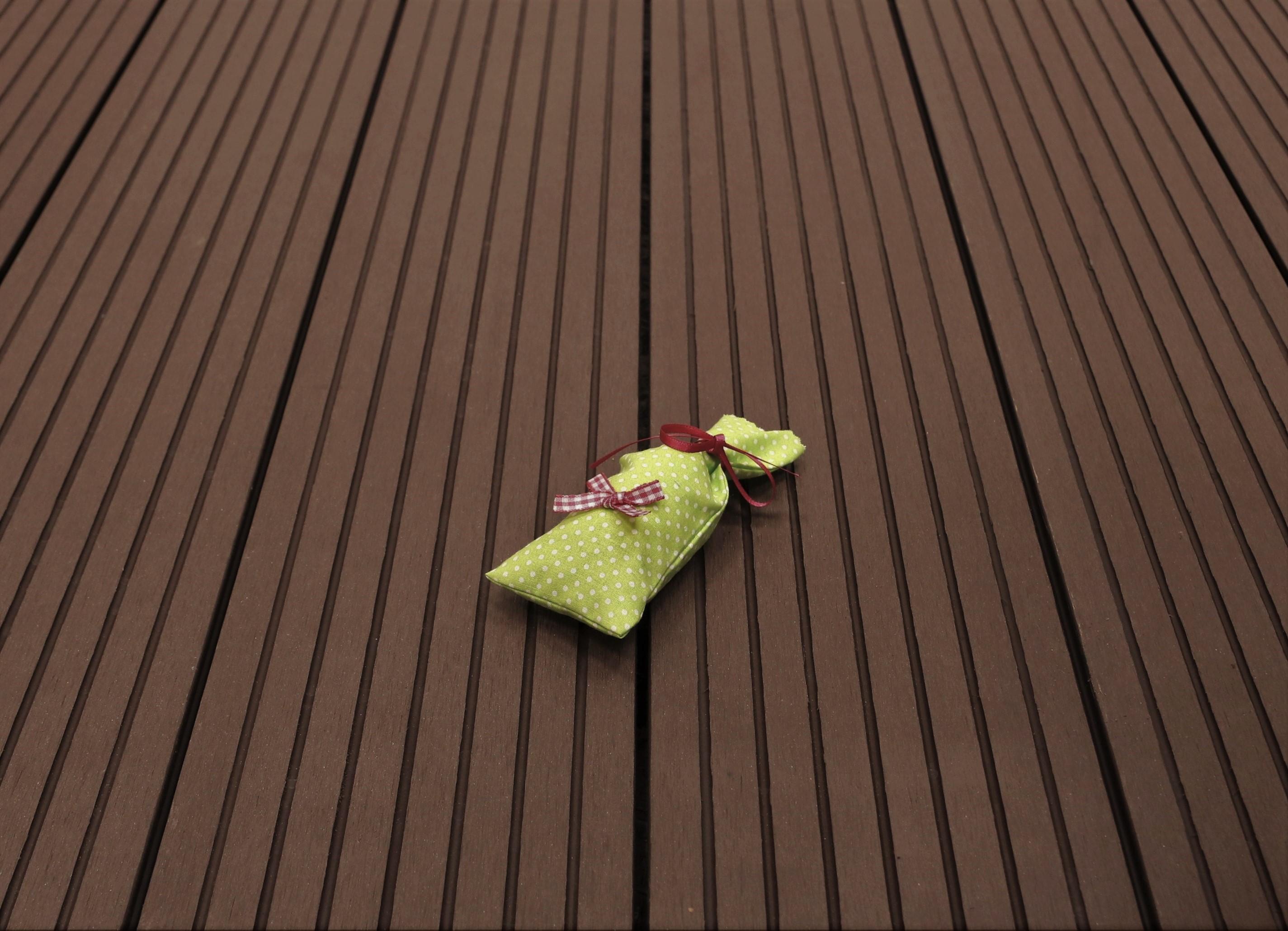 WPC Terrassendielen massiv, Oberfläche grob genutet, Farbton dunkelbraun, 22 x 143 bis 4800 mm für 7,90 €/lfm