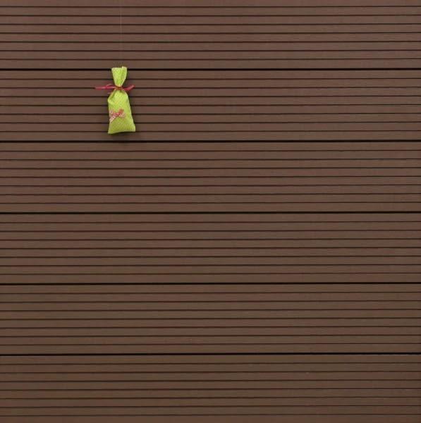 WPC Terrassendielen massiv, Oberfläche grob genutet, Farbton dunkelbraun, Vollprofil, 22 x 143 bis 4800 mm für 8,95 €/lfm